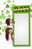 少女持空白绿色标语牌.帕特里克日文本 — 图库照片