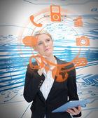 Podnikatelka zvažuje různé aplikace a držení tabletu — Stock fotografie