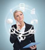 Empresaria pensativa con tablet pc teniendo en cuenta las aplicaciones — Foto de Stock
