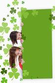 Kızlar boş yeşil afişini holding — Stok fotoğraf