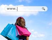 κοπέλα που κρατά τσάντες αγορών με την παραπάνω διεύθυνση μπαρ — Φωτογραφία Αρχείου