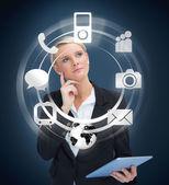 Nachdenklich geschäftsfrau mit tablet-pc unter berücksichtigung verschiedener anwendungen — Stockfoto
