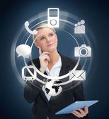 Promyšlené obchodnice s tablet pc zvažování různých aplikací — Stock fotografie