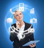 Obchodnice s tablet pc zvažování různých aplikací — Stock fotografie
