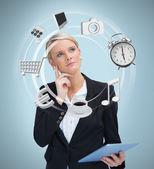 Podnikatelka zvažuje různé použití počítače tablet pc — Stock fotografie