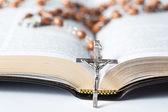 Cruz del rosario, apoyada en la biblia — Foto de Stock