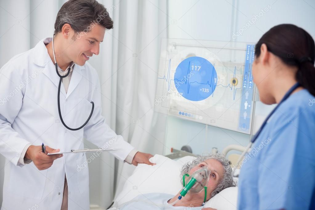 пожилая врачиха и молодая пациентка