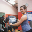 Happy woman teaches spinning class — Stockfoto