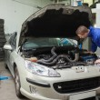 Stockfoto: Mechanic examining car engine