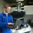 Mechaniker mit Laptop in garage — Lizenzfreies Foto