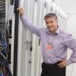 Technician leaning against server — Stockfoto