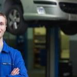 Confident auto mechanic — Stock Photo