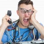 çağrı sırasında önünde çığlıklar sinirli bilgisayar mühendisi — Stok fotoğraf #24095971