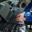 Auto mechanic using laptop — Stockfoto