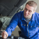Auto mechanic working on car — Stock Photo