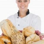chef féminin avec différentes sortes de pain dans le panier — Photo