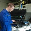 Male mechanic using laptop — ストック写真