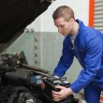 Mechanic checking car battery — Stock Photo