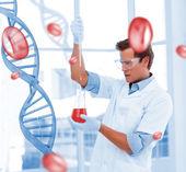深刻な科学者が試験管で化学物質を入れて — ストック写真