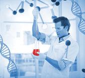 若い科学者が試験管で化学物質を入れて — ストック写真