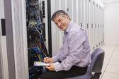 счастливый техник, ремонт сервера — Стоковое фото