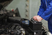 Mechanic changing car battery — Stock Photo
