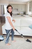 žena čištění nosení sluchátka — Stock fotografie