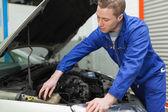 Mechanic sluiten van het deksel van de voorruit wasmachine tank — Stockfoto