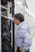 Technicien travaillant sur une affaire de racks de serveurs — Photo