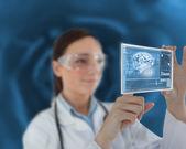 Pielęgniarka dotykając ekranu wirtualnego — Zdjęcie stockowe
