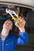 Mecánico de reparación de coches con los alicates — Foto de Stock