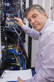 Techniker anpassung server drähte — Stockfoto