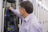 Elektrik kablolar koyarak teknisyeni — Stok fotoğraf