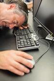 Człowiek śpi na klawiaturze — Zdjęcie stockowe