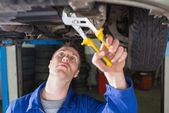 Mecánico de reparación de coches con alicates ajustables — Foto de Stock