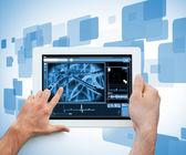 Mano sosteniendo y tocando una tableta digital médica — Foto de Stock