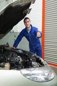 Mecânico de automóveis por polegares gestos de carro acima — Fotografia Stock