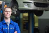 Pewnie mechanika mężczyzna — Zdjęcie stockowe