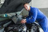 Männliche auto-mechaniker mit laptop — Stockfoto
