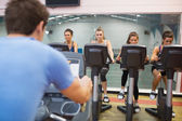 Man instructs spinning class — Stock Photo