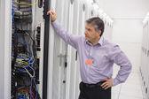 Técnico tentando consertar o servidor — Fotografia Stock