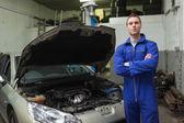 Vertrouwen automonteur met de auto — Stockfoto