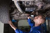 Mecânico examinando o carro — Foto Stock