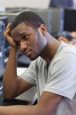 Estudiante buscando molesto en sala de computación — Foto de Stock