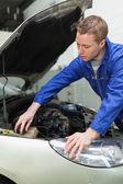 Mechanic closing lid od washer tank — Stock Photo