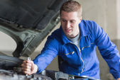 Mechanic working on automobile engine — Stock Photo