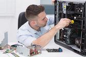Profissional de hardware examinando cpu com estetoscópio — Fotografia Stock