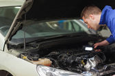 Mechanic repairing car engine — Foto Stock