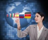 Mulher em um terno escolhendo a bandeira espanhola — Foto Stock
