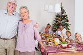 Avós de pé junto à mesa de jantar — Fotografia Stock